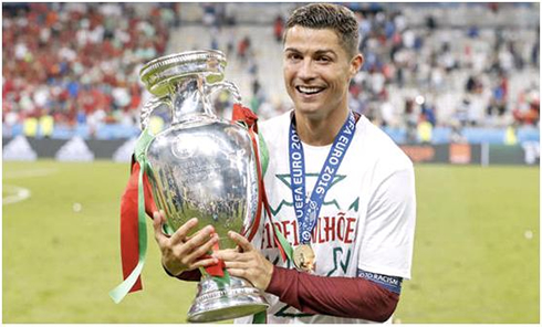 7c60418f7 Cristiano ROnaldo holding the EURO 2016 trophy