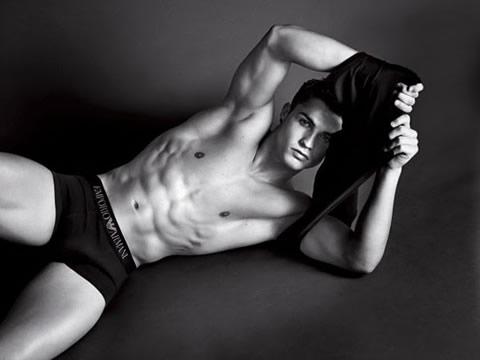 http://www.ronaldo7.net/extra/body/cristiano-ronaldo-emporio-armani-body-photoshoot-magazine-sexy-picture2.jpg