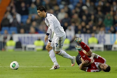 Cristiano Ronaldo dribbling and forcing a defender to injure his knee, in Real Madrid vs Celta de Vigo, in 2013