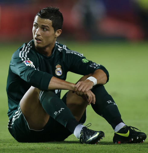 Cristiano Ronaldo sit down on the ground, during a game for Real Madrid, in La Liga 2012/2013