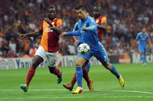 Cristiano Ronaldo being chased by two defenders, in Galatasaray 1-6 Real Madrid