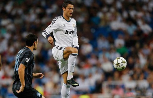 Cristiano Ronaldo and Gareth Barry, playing in Real Madrid 3-2 Manchester City, in the UEFA Champions League 2012-2013