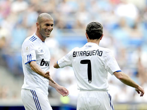 http://www.ronaldo7.net/news/2012/cristiano-ronaldo-429-zinedine-zidane-emilio-butrageno-real-madrid-players.jpg