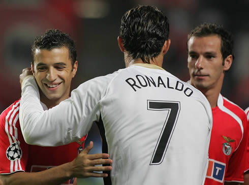 Cristiano Ronaldo greeting Simão Sabrosa and Petit, in a clash between Manchester United and Benfica, for the UEFA Champions League