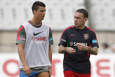 Cristiano Ronaldo in a Nike vest, talking with the Portuguese National Team coach, Paulo Bento
