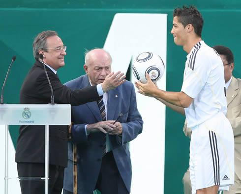 Cristiano Ronaldo with Florentino Pérez and Di Stéfano, at his Real Madrid presentation in 2009