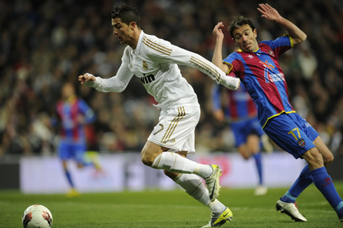 Cristiano Ronaldo dribbles a defender and starts running, in Real Madrid 4-2 Levante, in 2012