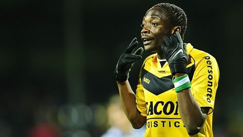 Ahmed Musa with his head shaved and wearing gloves, in VVV Venlo, during the Dutch League in 2011