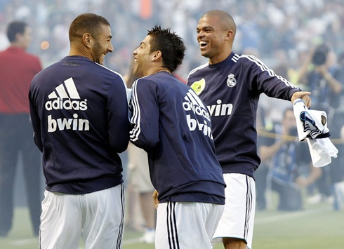 http://www.ronaldo7.net/news/2012/cristiano-ronaldo-534-laughing-with-karim-benzema-and-pepe-after-a-joke-in-real-madrid-pre-season-game-in-united-states-2012-2013.jpg