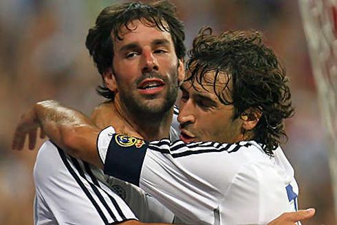 Ruud Van Nistelrooy Hugging Raul Gonzalez Blanco In Real Madrid