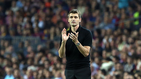 Tito Vilanova clapping his players during a Barcelona game in 2012-2013