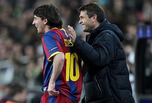 Tito Vilanova talking to Lionel Messi during a game for Barcelona
