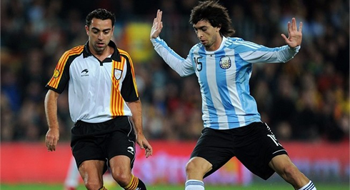 Javier Pastore and Xavi Hernandez, playing in Argentina vs Catalunya