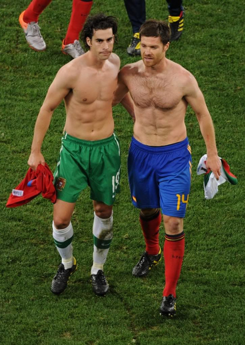 Xabi Alonso without shirt showing off his six-pack abs and walking ...