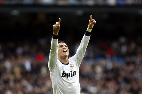 http://www.ronaldo7.net/news/2013/04/cristiano-ronaldo-654-raising-his-two-arms-and-fingers-in-real-madrid-win-against-levante-by-5-1.jpg
