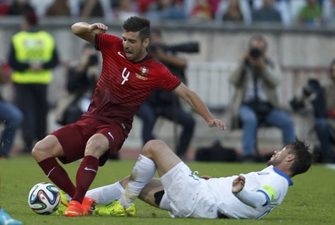 http://www.ronaldo7.net/news/2014/05/846-miguel-veloso-getting-tackled-in-portugal-vs-greece.jpg