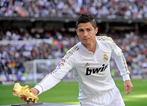 Cristiano Ronaldo presenting the Golden Boot trophy, in the Santiago Bernabéu