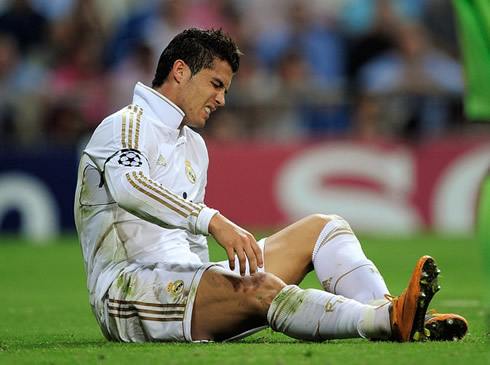 Cristiano Ronaldo wounded on the pitch, after suffering a violent tackle